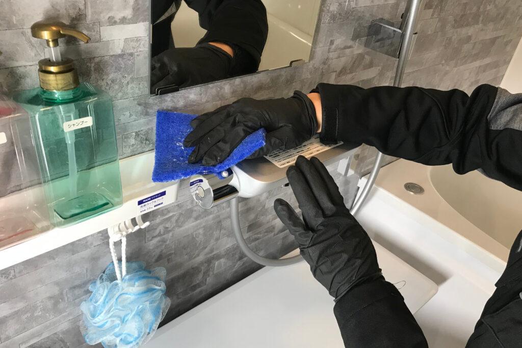 浴室クリーニング 作業の流れ3 壁・棚・蛇口などの清掃